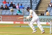 पुणे टेस्ट दूसरा दिन: भारत ने 300 का आंकड़ा किया पार