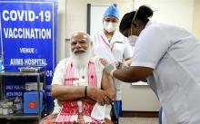 प्रधानमंत्री नरेन्द्र मोदी ने लगवाया एम्स में कोरोना का टीका