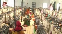 यूपी: वाराणसी में सोलर चरखे से सूत कात कर परिवार की आय में इजाफा कर रही हैं महिलाएं